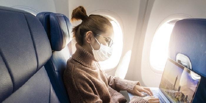 Usar mascarillas en los aviones